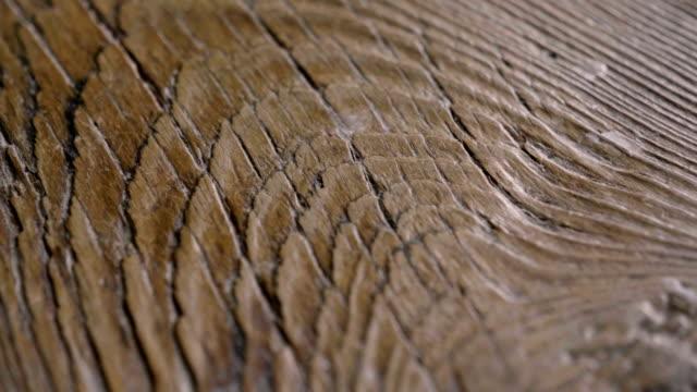 makro skott av en dyrbar trä där du kan se färgen, trä fibrerna, knutar och hög kvalitet hantverk. - trä bildbanksvideor och videomaterial från bakom kulisserna