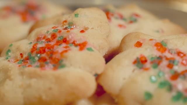 vidéos et rushes de coup de macro de biscuits de noël laissé de côté pour le père noël en 4k - saint nicolas