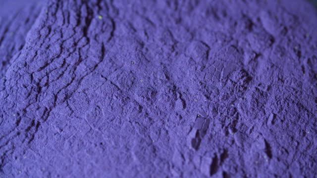 vídeos de stock e filmes b-roll de macro shot of colored makeup powder. concept. - sombra para os olhos