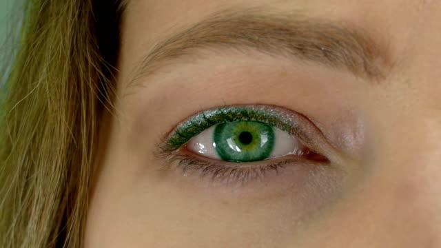vidéos et rushes de coup de macro de le œil féminin - femmes lentille - œil-changement de couleur - résolution de 4k - marron couleur