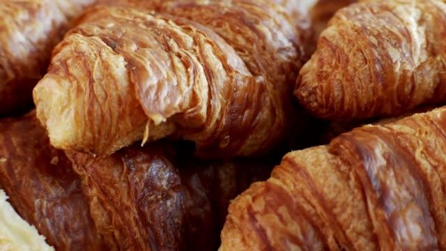 macro shot of freshly baked croissant. - francuska kuchnia filmów i materiałów b-roll