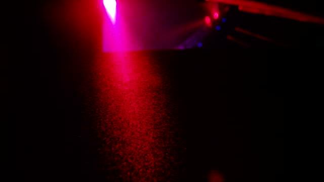 vidéos et rushes de macro shot de holi poussière flotter dans l'air comme un dj mixe de couleurs holi party au ralenti - twerk