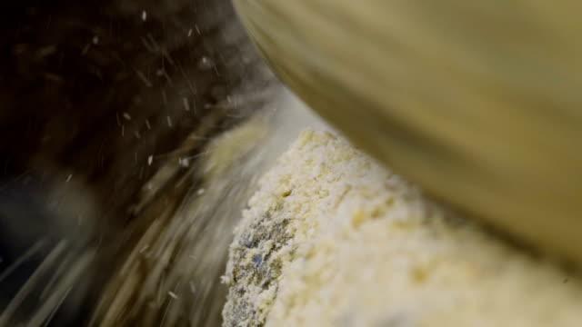 vídeos de stock e filmes b-roll de macro tiro da mó moer de trigo - triturar atividade