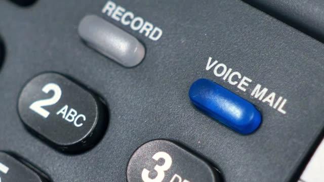 scatto macro della luce della segreteria telefonica lampeggiante su un telefono - battere le palpebre video stock e b–roll