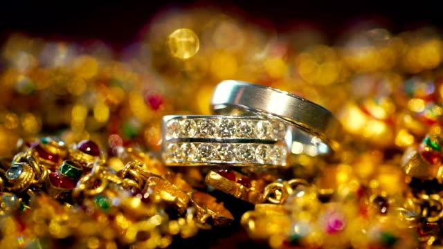 stockvideo's en b-roll-footage met macro-opname van trouwringen met gouden achtergrond. - ring juweel