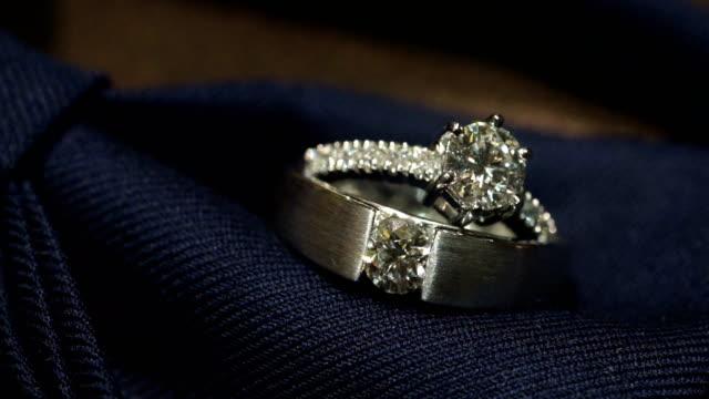 vídeos y material grabado en eventos de stock de tiro de macro de anillos de boda con fondo de textura. - joyas