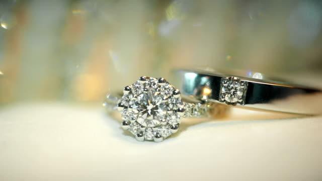 stockvideo's en b-roll-footage met macro-opname van huwelijksringen met gestructureerde achtergrond. bruiloft thema. - ring juweel