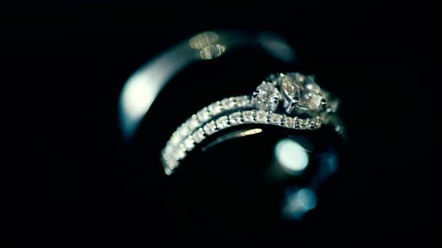 vidéos et rushes de macro tourné anneaux de mariage dans l'obscurité. thème de mariage. - joaillerie