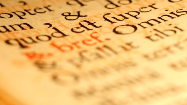 stockvideo's en b-roll-footage met 4k macro verticale glijden van een pagina van het oude evangelie - middeleeuws