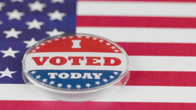 makro-video von i voted today-taste auf us-flagge - aufkleber stock-videos und b-roll-filmmaterial