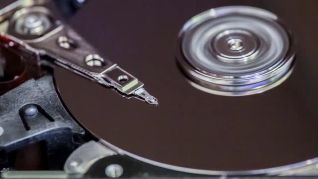 sabit disk kafa hareketlerinin makro görünümü - ihsangercelman stok videoları ve detay görüntü çekimi