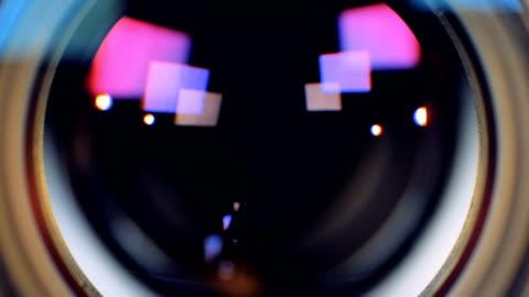 vídeos y material grabado en eventos de stock de una visión macro sobre un lente de cámara de vídeo de trabajo. - un solo objeto