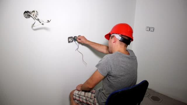 vídeos y material grabado en eventos de stock de hombre loco tomar el cable con la mano desnuda y obtener descarga eléctrica - descarga eléctrica
