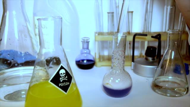 mad professor führt strange experimente (zeitraffer - giftstoff stock-videos und b-roll-filmmaterial