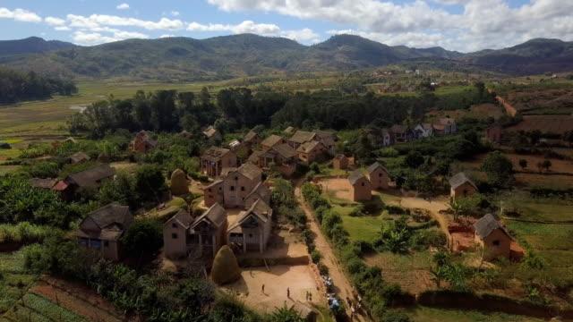 vídeos y material grabado en eventos de stock de tierras altas de madagascar drone vistas - aldea