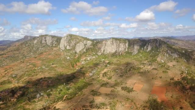 madagaskars högland bergsryggen drönarvy - madagaskar bildbanksvideor och videomaterial från bakom kulisserna