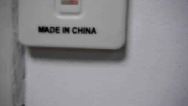 hergestellt in china label auf produkt - etikett stock-videos und b-roll-filmmaterial