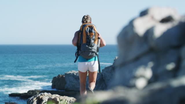 i made it! - турист с рюкзаком стоковые видео и кадры b-roll