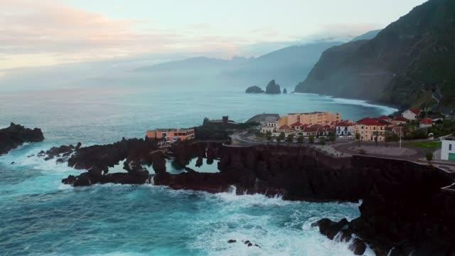 vídeos de stock e filmes b-roll de madeira nature view with ocean cliffs - funchal madeira