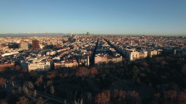vídeos de stock, filmes e b-roll de tiro aéreo de madrid na manhã do inverno, spain - sol nascente horizonte drone cidade