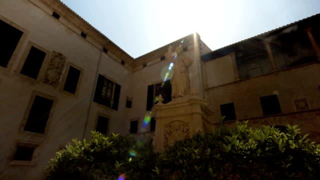 madrid spanien santa maria almudena och en staty av påven johannes ii - påve bildbanksvideor och videomaterial från bakom kulisserna