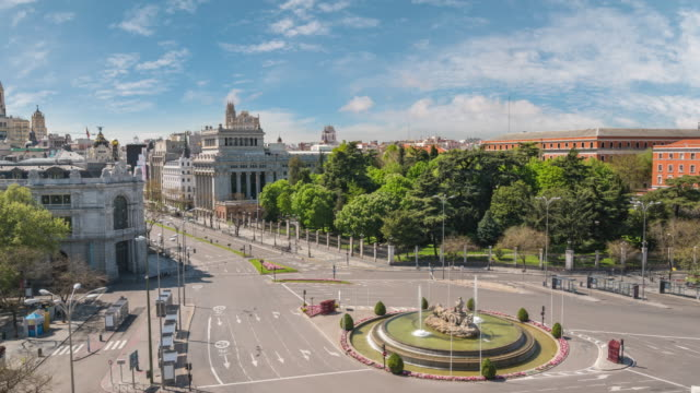 madrid spain time lapse 4k, city skyline timelapse at independence square and cibeles fountain nobody empty due to coronavirus covid-19 lockdown - испания стоковые видео и кадры b-roll