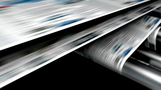 rivista o un quotidiano di stampa. - newspaper paper video stock e b–roll