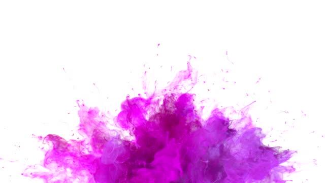 マゼンタピンクカラーバースト-カラフルな煙爆発流体粒子スローモーションアルファマットホワイトに分離 - 気体点の映像素材/bロール