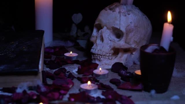 Zauberbuch, Schädel mit Kerzen und Rosenblättern – Video