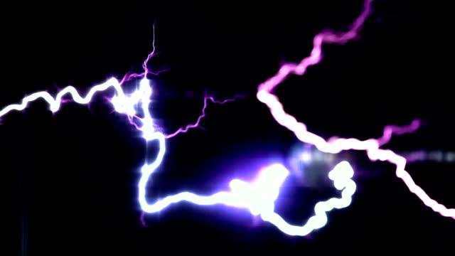 vídeos y material grabado en eventos de stock de destellos mágicos rayos generado con una bobina de tesla - descarga eléctrica