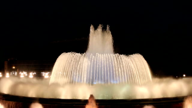 magic fountain at night in barcelona - fontana struttura costruita dall'uomo video stock e b–roll