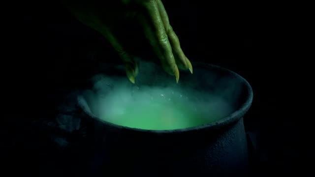vídeos y material grabado en eventos de stock de poción mágica hecha escena de fantasía - cáliz objeto religioso