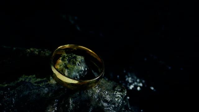 vidéos et rushes de anneau magique ramassé et tombant sur des roches - charmeur