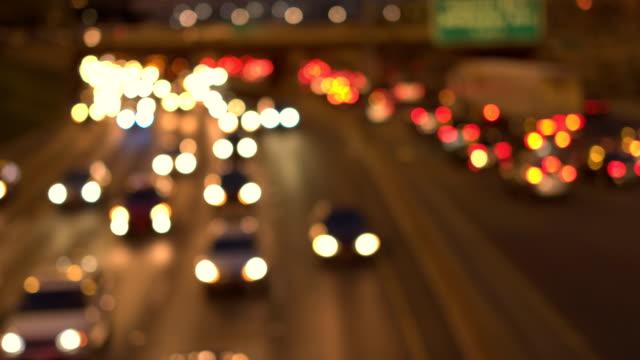 ボケ: 魔法ぼやけて車点灯忙しい夜複数車線の幹線道路に詰まった - 州間高速道路点の映像素材/bロール