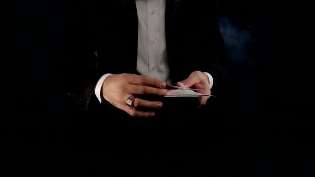 vidéos et rushes de magicien montrant un tour de magie - charmeur