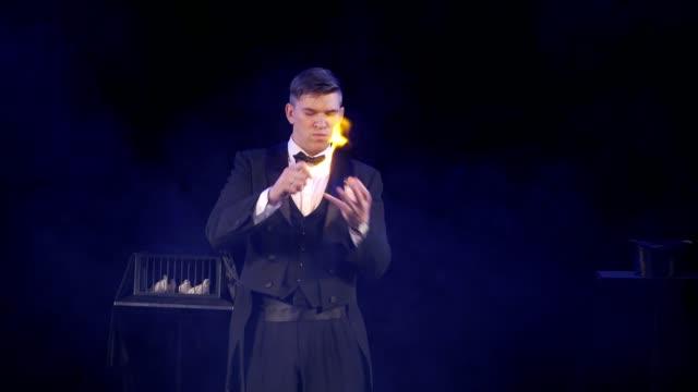 vidéos et rushes de magicien montrant un tour de magie avec le feu et châle - charmeur