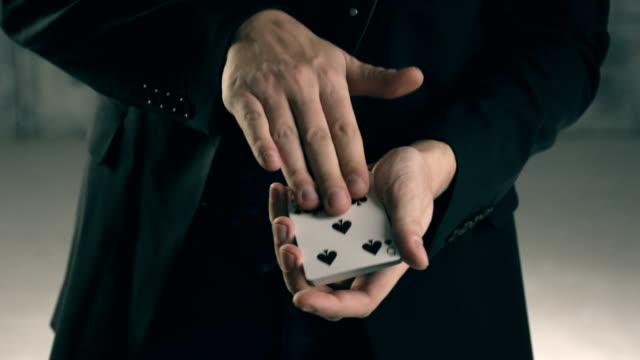 magician's hands performing card trick - трюк стоковые видео и кадры b-roll