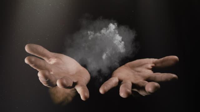 vidéos et rushes de mains de magiciens de feu et de fumée - charmeur