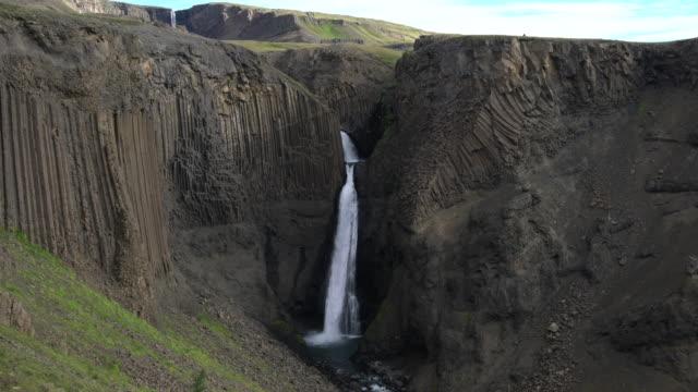 vídeos y material grabado en eventos de stock de magnífica cascada de litlanesfoss en islandia. - basalto