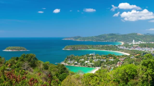 vidéos et rushes de magnifique vue panoramique sur la belle mer d'andaman et trois baies à karon viewpoint, phuket, thaïlande; zoom avant - time lapse - mer d'andaman
