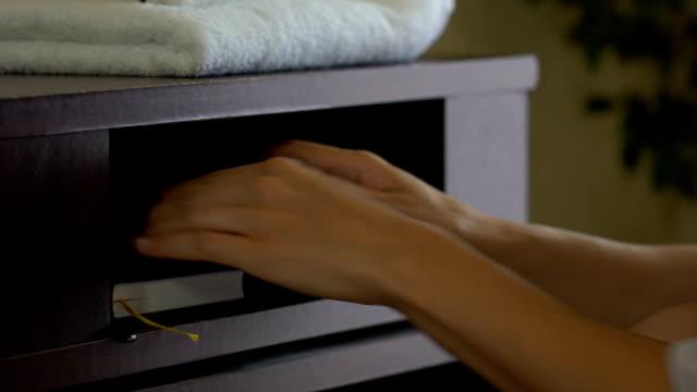 女僕偷錢從客戶的錢包, 而不是清潔, 壞的酒店服務 - 銀包 個影片檔及 b 捲影像