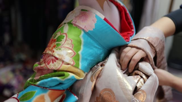 maiko apprentice geisha setting up kimono - tradycja filmów i materiałów b-roll
