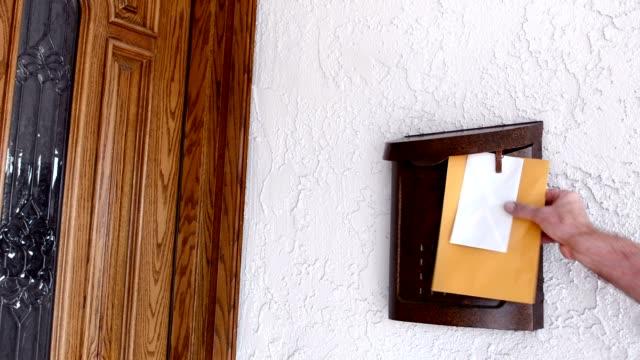 mailman delivering mail - postal worker 個影片檔及 b 捲影像