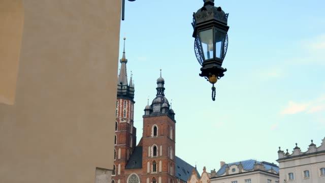 marktplatz und st. marien kirche in krakau, polen - krakau stock-videos und b-roll-filmmaterial