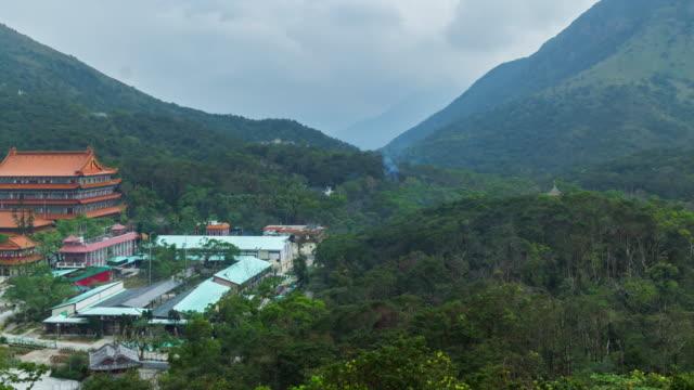 vídeos y material grabado en eventos de stock de salón del santuario principal de buda en el monasterio po lin en el pueblo de ngong ping en la isla de lantau - aleación