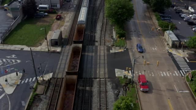 binari di main street and railroad per rail station nella piccola città di cumberland maryland - monti appalachi video stock e b–roll