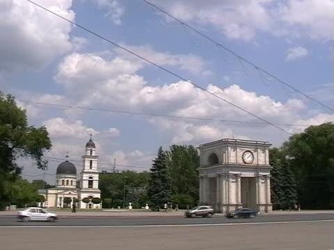 main street, kishiniev (кишиневе, республика молдова - молдавия стоковые видео и кадры b-roll