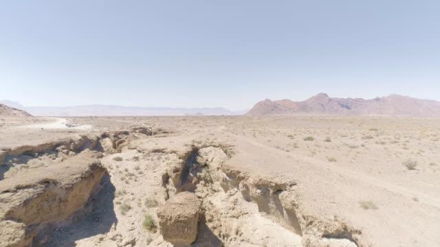 vidéos et rushes de gorges majestueuses sur le désert namibien. vue aérienne - paysage extrême