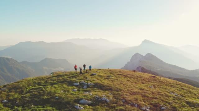 montagne maestose - ambientazione tranquilla video stock e b–roll