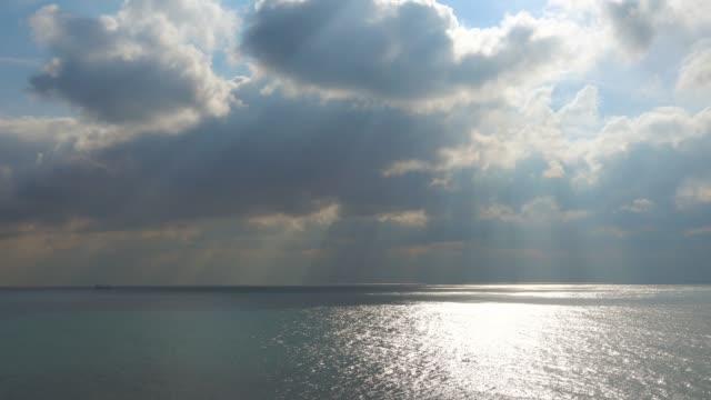 北の海の冷たい水で雄大な空。 - 灰色点の映像素材/bロール